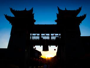 中国 雲南省 楚雄古城 夕陽の写真素材 [FYI03877882]