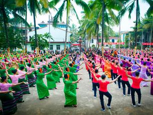 中国 雲南省 ガンランパ タイ族のダンス大会の写真素材 [FYI03877888]