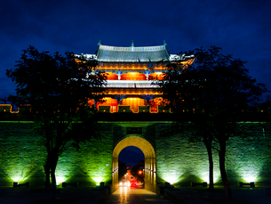 中国 雲南省 大理古城 夜景の写真素材 [FYI03877895]