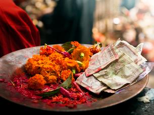 ネパール ダクシンカリのお供えの写真素材 [FYI03877904]