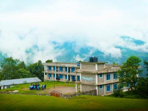 ネパール ヒマラヤ山麓の小学校の写真素材 [FYI03877907]