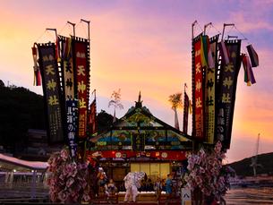兵庫県 家島 天神祭 夕陽の写真素材 [FYI03877943]