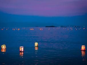 岡山県 白石島 精霊流し 夕焼けの写真素材 [FYI03877944]