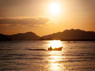 兵庫県 家島 夕陽の瀬戸内海の写真素材 [FYI03877953]