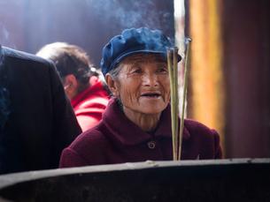 中国 雲南省 三朶節 祈る老婆の写真素材 [FYI03878111]