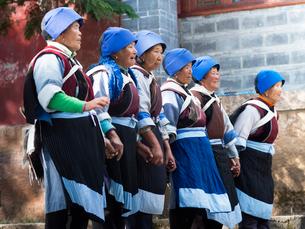 中国 雲南省 三朶節 踊るナシ族の女性の写真素材 [FYI03878113]