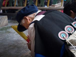 中国 雲南省 三朶節 祈るナシ族の女性の写真素材 [FYI03878115]