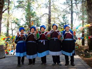 中国 雲南省 三朶節 踊るナシ族の女性の写真素材 [FYI03878133]