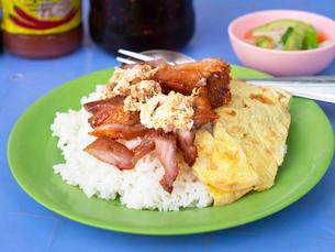 カンボジア シェムリアップ 肉のせごはんの写真素材 [FYI03878231]