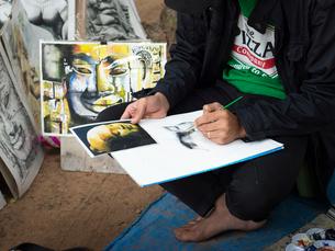 カンボジア シェムリアップ 仏像を模写する人の写真素材 [FYI03878237]