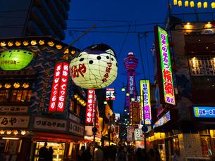 大阪 新世界 夜景の写真素材 [FYI03878288]