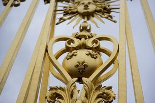 ベルサイユ宮殿の門飾りの写真素材 [FYI03878458]