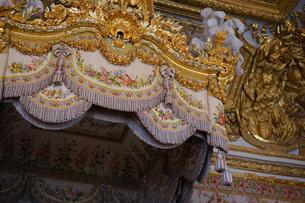 ベルサイユ宮殿 マリーアントワネットのベッド天蓋の写真素材 [FYI03878485]