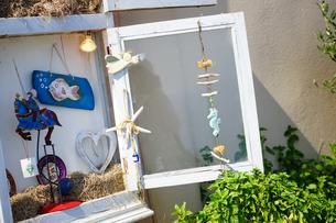 サントリーニ島イアのお土産屋さんの写真素材 [FYI03878572]