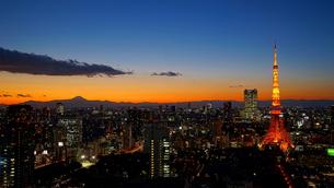 東京タワーと富士山夕景の写真素材 [FYI03878644]