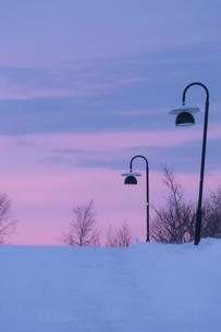 吹雪の後の夕焼けの写真素材 [FYI03878697]