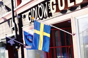 キールナの街とスウェーデン国旗の写真素材 [FYI03878703]