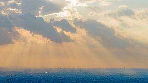 東京の街並みと地上に降る光の写真素材 [FYI03878762]