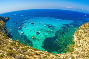ランペデューザ島とクルーザーの写真素材 [FYI03878764]