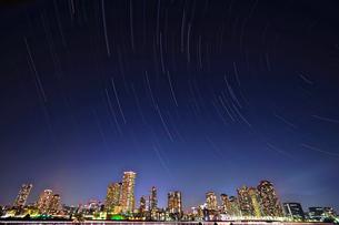 都会の空を回る星たちの写真素材 [FYI03878774]