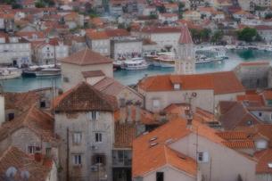 クロアチア トロギールの街並みとアドリア海の写真素材 [FYI03878815]