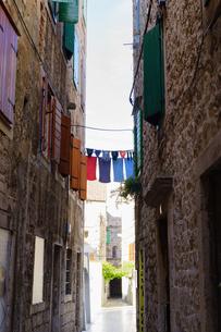 クロアチア スプリットの街の路地裏の写真素材 [FYI03878816]