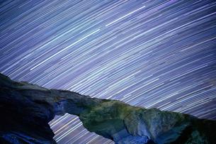 馬の背洞門から見る星の軌跡の写真素材 [FYI03878818]