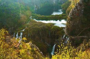 秋のプリトヴィッツェ湖群国立公園の写真素材 [FYI03878824]