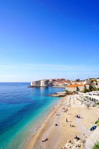 クロアチア ドブロヴニク旧市街とバニエビーチの写真素材 [FYI03878826]