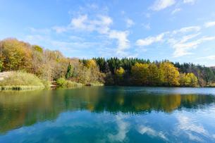 秋のプリトヴィッツェ湖群国立公園の写真素材 [FYI03878828]