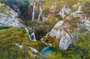 秋のプリトヴィッツェ湖群国立公園の写真素材 [FYI03878832]