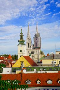 ザグレブ 聖母被昇天大聖堂と市街地の眺めの写真素材 [FYI03878835]