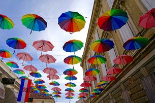 クロアチア カルロヴァッツ村の傘の装飾の写真素材 [FYI03878848]