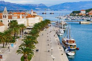 クロアチア トロギールの街とアドリア海の写真素材 [FYI03878852]
