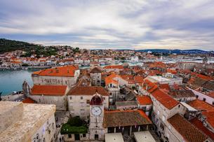クロアチア トロギールの街並みとアドリア海の写真素材 [FYI03878854]