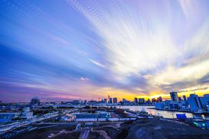 オリンピック選手村建設地の夕暮れと流れる雲の写真素材 [FYI03878862]