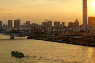晴海大橋から見る夕暮れの街の写真素材 [FYI03878868]