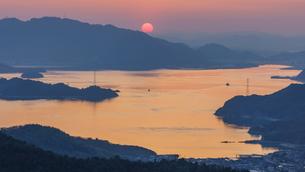 瀬戸内海に沈む夕日の写真素材 [FYI03878898]