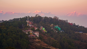 ヒマラヤ連峰とナガルコットの街の夕暮れの写真素材 [FYI03878902]