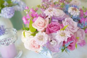 春色のフラワーアレンジメントの写真素材 [FYI03878912]