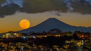 富士山とスーパームーンの写真素材 [FYI03878928]