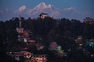 ナガルコットから見るヒマラヤの山々、夕景の写真素材 [FYI03878929]