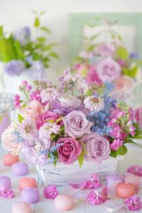 春色のフラワーアレンジメントの写真素材 [FYI03878932]