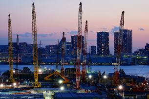 マジックアワーのオリンピック選手村建設地の写真素材 [FYI03878934]