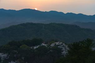 瀬戸内に沈む夕日の写真素材 [FYI03878942]