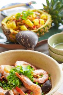 海老の春雨蒸しとパイナップルライス タイ料理の写真素材 [FYI03878974]