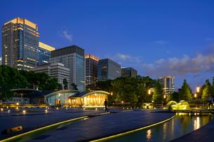和田倉門から夜景の写真素材 [FYI03878985]
