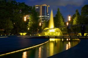 和田倉門の夜景とミッドタウン日比谷の写真素材 [FYI03878986]
