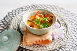 トムヤムクン エビのピリ辛スープ タイ料理の写真素材 [FYI03879102]