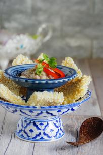 カオタンナータン おこげのディップ載せ タイ料理の写真素材 [FYI03879106]
